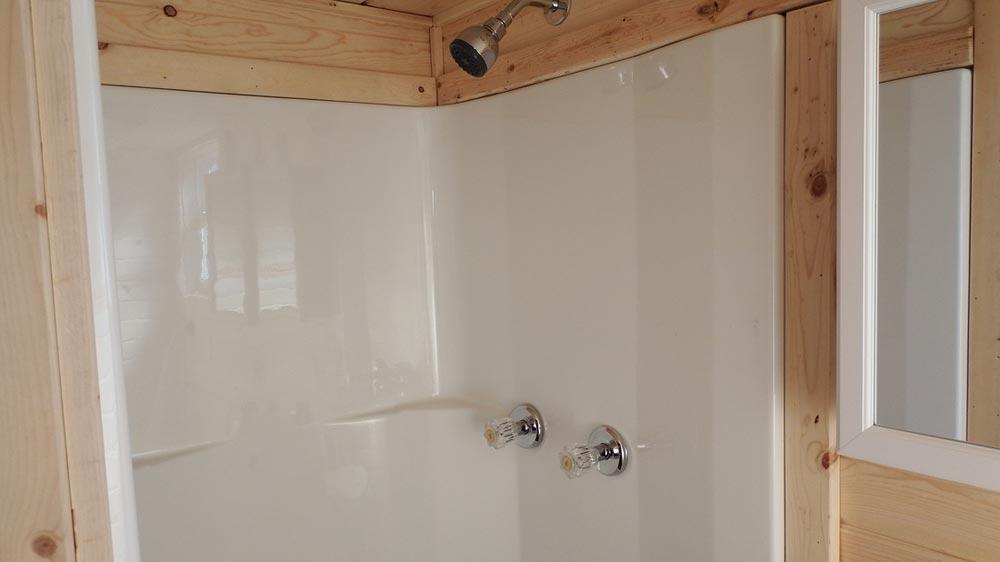 Fiberglass shower - Murphy by Tiny Idahomes