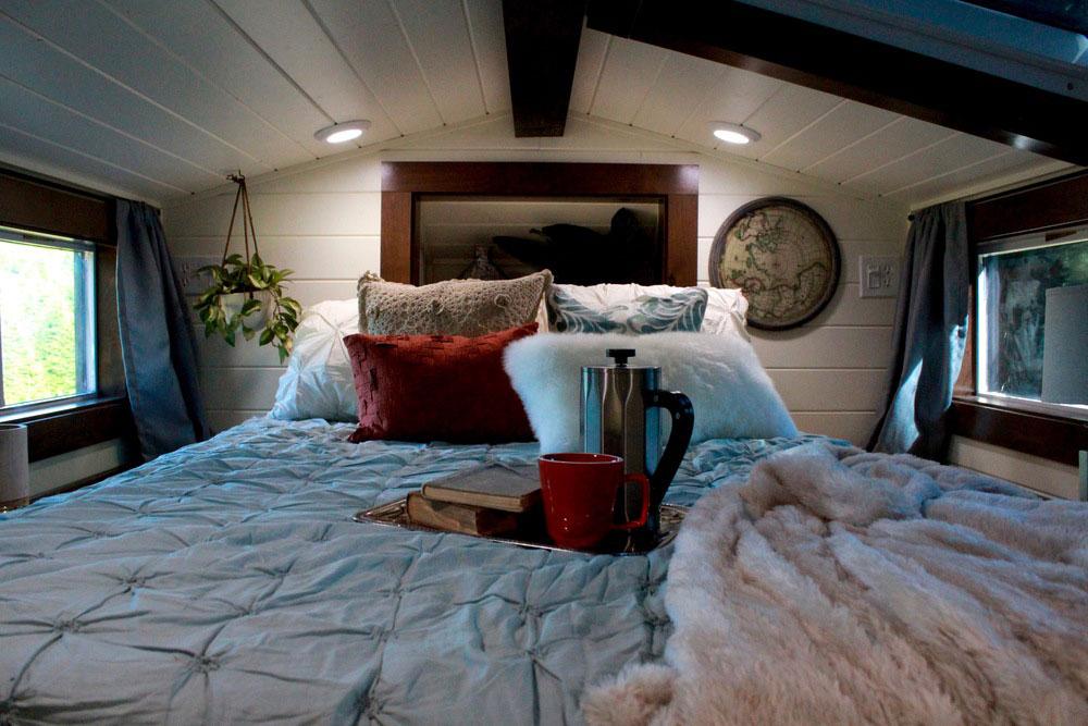 Bedroom loft with skylight - Vintage by Tiny Heirloom