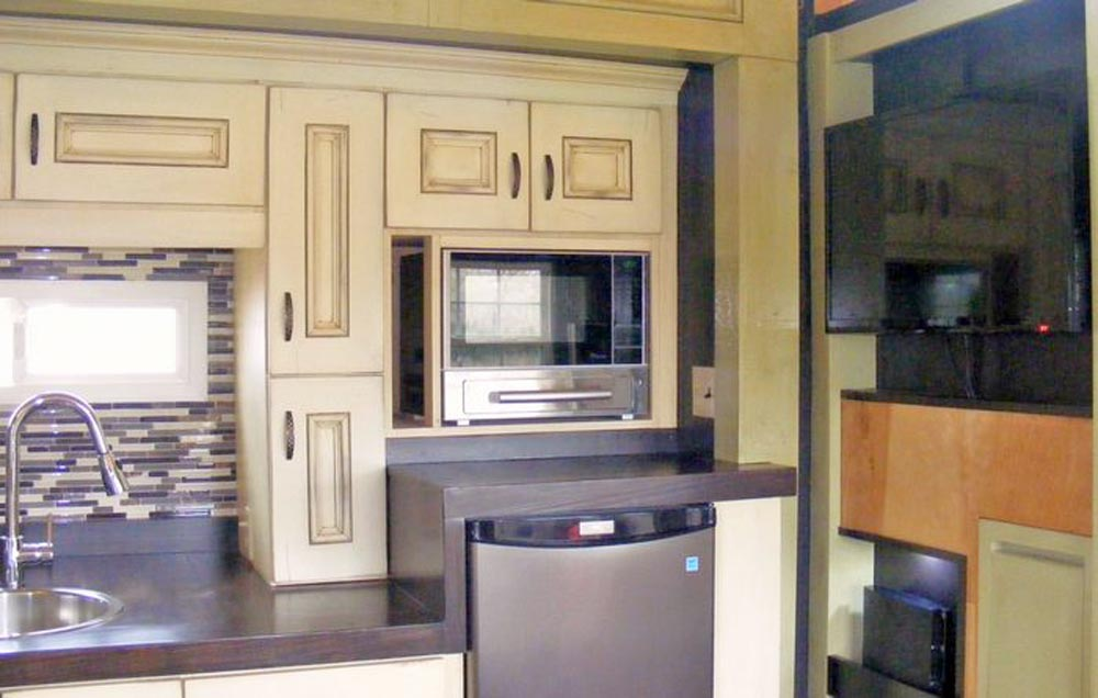 Kitchen With Upper Cabinets - DS 400 by Tiny By Design