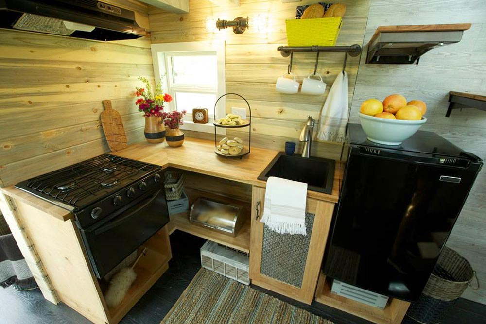 Kitchen - Ski Lodge by Maximum Extreme Living Solutions