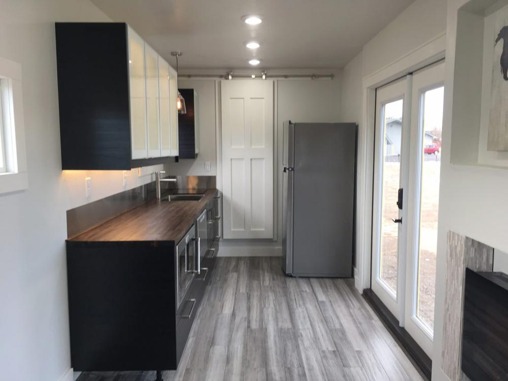 Kitchen w/ Full Size Appliances - Intellectual by Roostspace