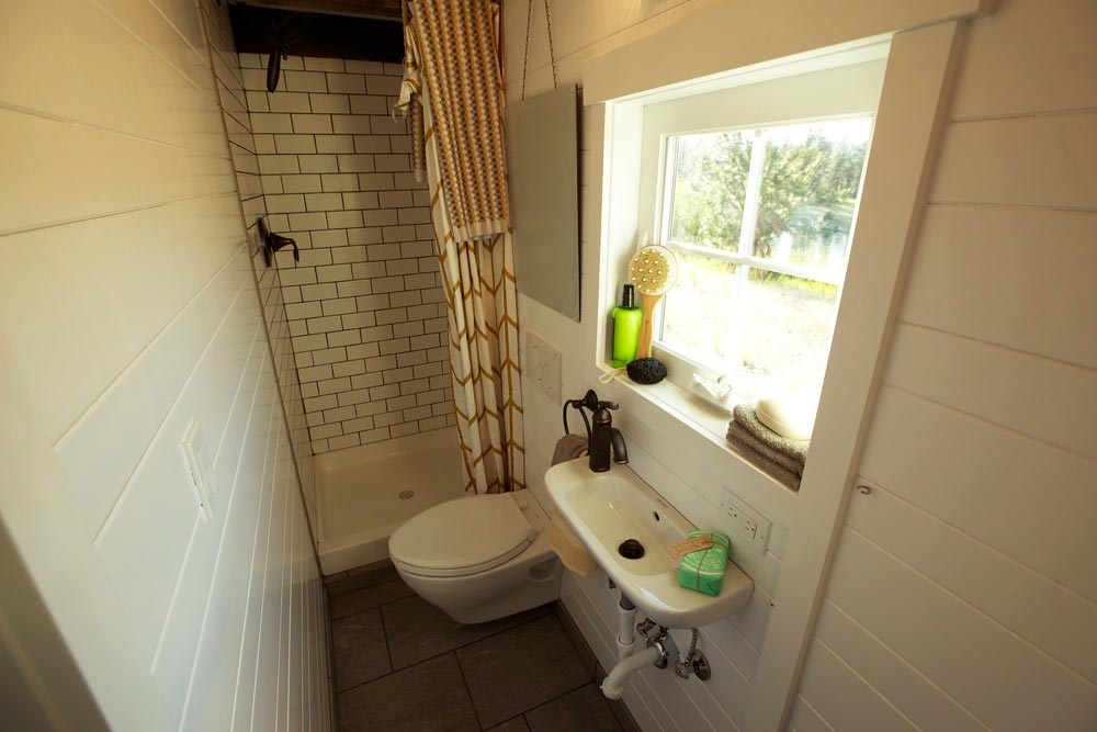 Bathroom - Cottage by VIVA Collectiv