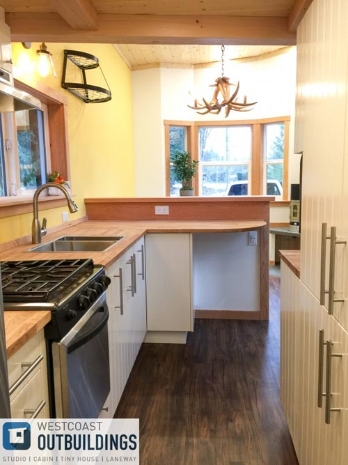 L-Shaped Kitchen - Skookum 26' by Westcoast Outbuildings