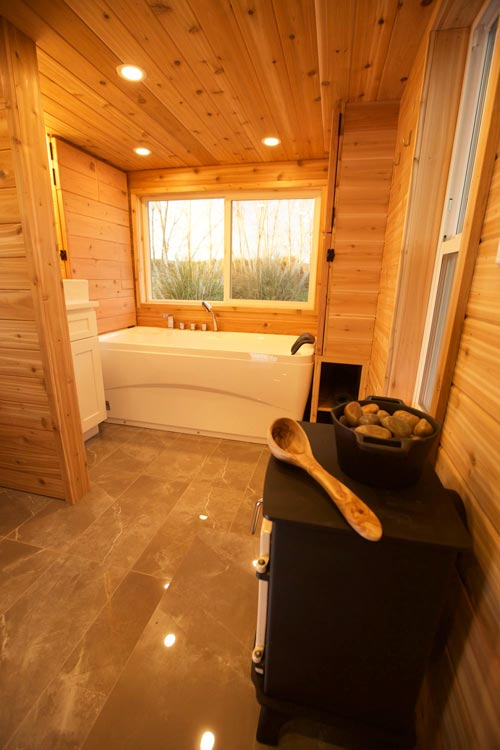 Large Bathroom/Sauna - Tiny Tech-Free Retreat