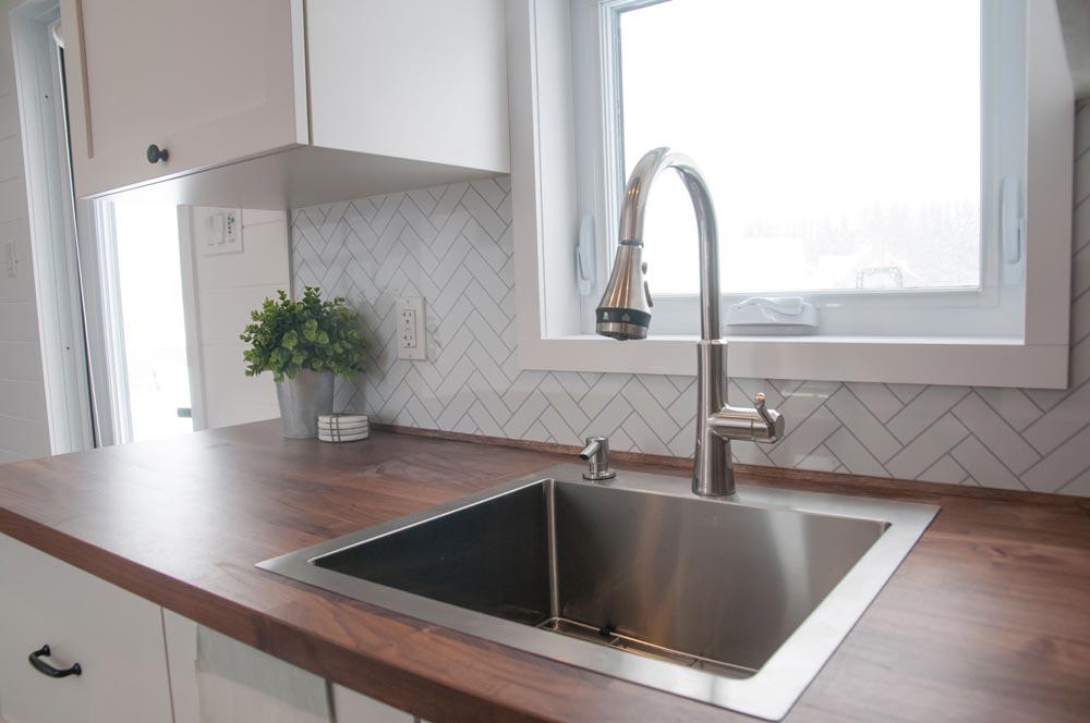 Kitchen Sink - Ebene by Minimaliste