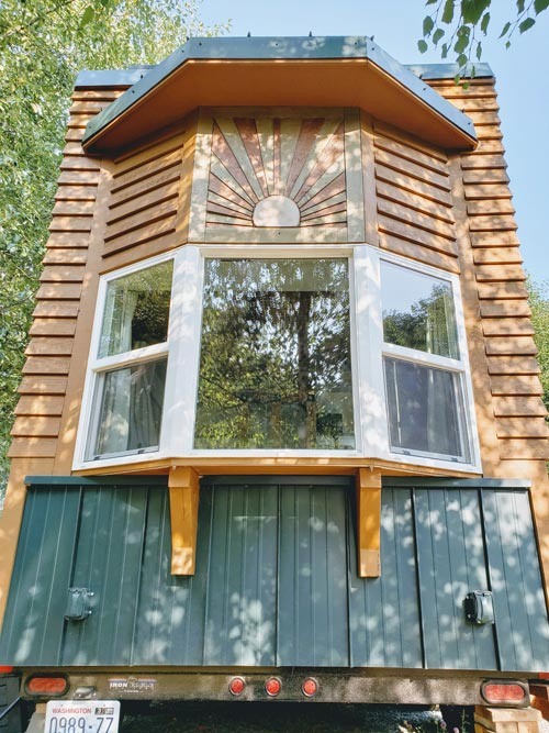 Sunburst - Emerald Lodge by Pocket Mansions