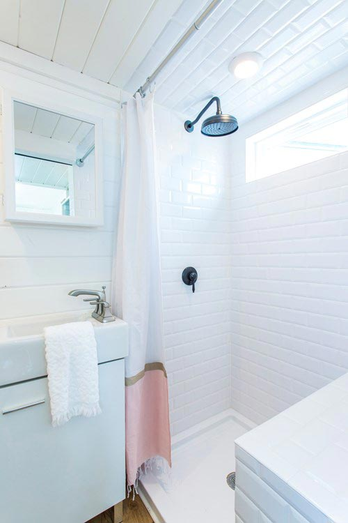 Bathroom - Kerbey by ATX Tiny Casas