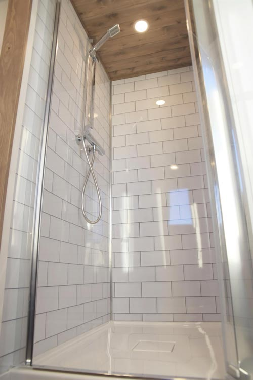 Shower w/ Glass Door - Magnolia by Minimaliste