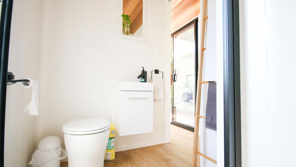 Modern Bathroom - Mooloolaba 7.2 by Aussie Tiny Houses