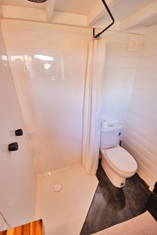Corner Shower - Grand Sojourner by Häuslein Tiny House Co