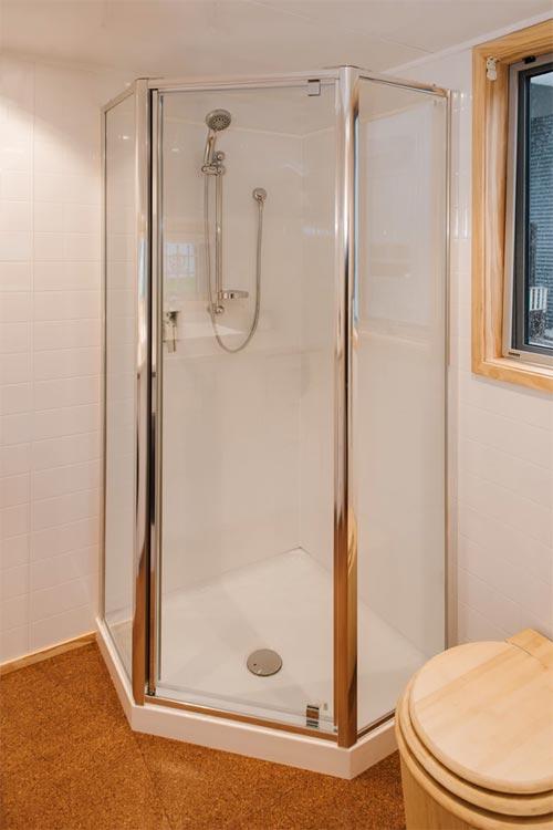 Corner Shower - Sonnenschein Tiny House by Build Tiny